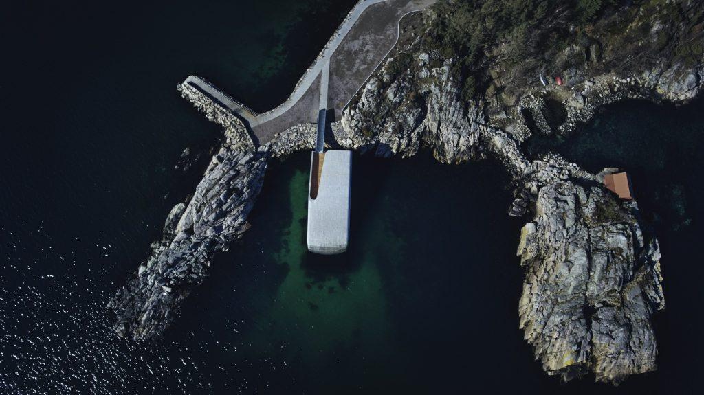 Europas erstes Unterwasserrestaurant. Gebaut in Norwegen von Snøhetta. Mehr dazu im Atmosphere Design Journal. Foto über: https://under.no/.
